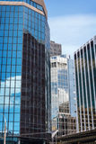 Cielo blu e nuvole che riflettono su una costruzione Immagine Stock Libera da Diritti
