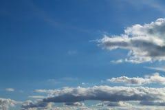 Cielo blu e nuvole con lo spazio della copia immagine stock libera da diritti