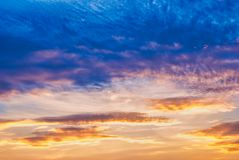 Cielo blu e nuvole d'ingiallimento al tramonto immagini stock
