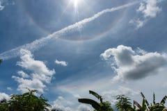Cielo blu e nuvole di alone di Sun Immagini Stock