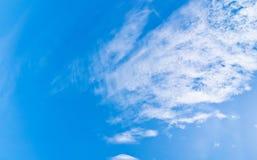 Cielo blu e nuvole a mezzogiorno su aria pulita fotografie stock