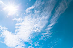 Cielo blu e nuvole a mezzogiorno su aria pulita fotografie stock libere da diritti