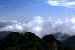 Cielo blu e nuvole in montagna di Wudang, una Terra Santa famosa del taoista in Cina Fotografie Stock Libere da Diritti