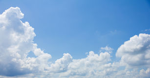 Cielo blu e nuvole profondi ed ampi Fotografie Stock