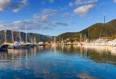 Cielo blu e nuvole riflessi nel mare Fotografia Stock
