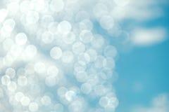 Cielo blu e nuvole su Sunny Day con illuminazione di talento e di Bokeh immagini stock libere da diritti