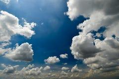 Cielo blu e nuvoloso Immagine Stock Libera da Diritti