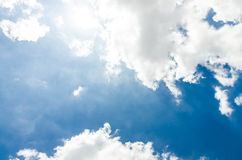 Cielo blu e nuvoloso Immagini Stock