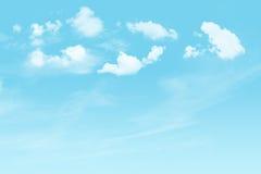 Cielo blu e nuvoloso fotografia stock libera da diritti
