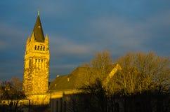 Cielo blu e nuvoloso impressionante con la chiesa Fotografie Stock Libere da Diritti