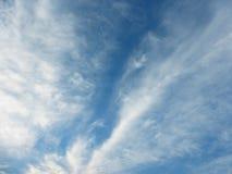 Cielo blu e paesaggio bianco della nuvola fotografie stock