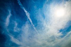 Cielo blu e traccia dell'æreo a reazione Sfondo naturale Fotografia Stock