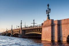 Cielo blu e un ponte al tramonto Immagini Stock Libere da Diritti