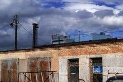 Cielo blu ed il fumo dalla pianta immagine stock