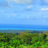 Cielo blu ed il mare nell'isola tropicale Immagini Stock Libere da Diritti