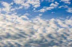 Cielo blu fresco e nuvole bianche Fotografia Stock Libera da Diritti