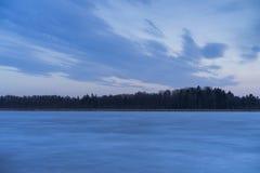 Cielo blu fresco piacevole di crepuscolo nel lago del ghiaccio e di tramonto in Svezia Immagine Stock