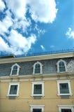 Cielo blu giallo della costruzione Immagini Stock Libere da Diritti