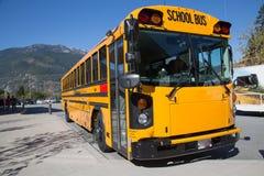 Cielo blu giallo della montagna del sole dello scuolabus Fotografia Stock Libera da Diritti