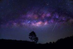 Cielo blu girante di notte della montagna della galassia della stella immagine stock libera da diritti