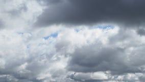 Cielo blu grigio dell'annuvolamento di pioggia in autunno stock footage
