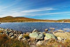 Cielo blu, lago e montagne. fotografia stock