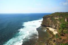 Cielo blu laterale dell'oceano del mare della scogliera fotografie stock