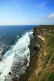 Cielo blu laterale dell'oceano del mare della scogliera fotografia stock