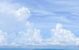 Cielo blu luminoso con la grande nuvola bianca Immagini Stock Libere da Diritti