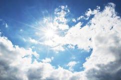 Cielo blu luminoso con le nuvole ed i raggi del sole Fotografie Stock Libere da Diritti