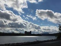 Cielo blu luminoso sopra il fiume Immagini Stock Libere da Diritti