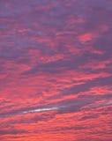 Cielo blu, magenta e rosso al tramonto Fotografie Stock Libere da Diritti