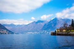 Cielo blu, montagne e lago Como Immagini Stock Libere da Diritti