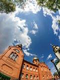 Cielo blu nel cortile del tempio della st Serafino di Sarov Fotografia Stock