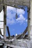 Cielo blu nella parete di apertura della costruzione e del concr distrutti Fotografia Stock Libera da Diritti