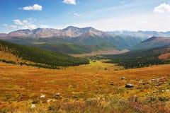 Cielo blu, nubi e montagne. fotografia stock libera da diritti
