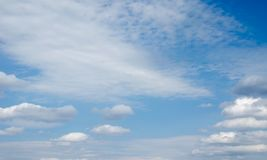 Cielo blu in nuvole bianche Fotografie Stock