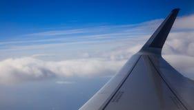 Cielo blu, nuvole dalla finestra piana del ` s per il contesto Foto aerea, spazio per testo, panoramico, insegna Fotografia Stock