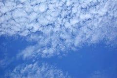 Cielo blu, nuvole sparse su un cielo luminoso Immagine Stock