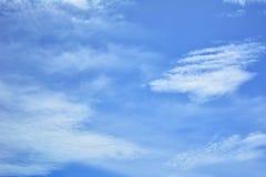 Cielo blu, nuvole sparse su un cielo luminoso Immagini Stock