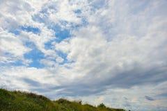 Cielo blu nuvoloso immagine stock
