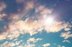 Cielo blu nuvoloso con lo sprazzo di sole luminoso Fotografie Stock
