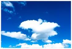 Cielo blu nuvoloso e soleggiato fotografia stock libera da diritti