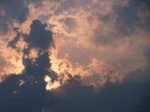 Cielo blu nuvoloso pazzo con la disposizione di luce fotografie stock