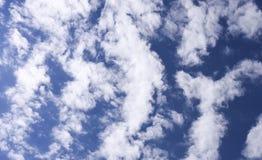Cielo blu profondo con la nuvola Immagini Stock