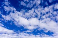 Cielo blu profondo con la nuvola Immagine Stock