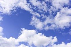 Cielo blu profondo con la nuvola Fotografie Stock