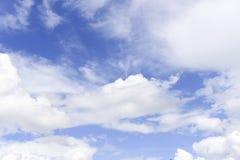Cielo blu profondo con la nuvola Fotografie Stock Libere da Diritti