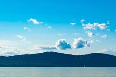 Cielo blu, Rolling Hills e una piccola barca a vela che attraversa Hudson River nella distanza, Sleepy Hollow, Upstate nuovo fotografie stock