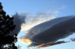 Cielo blu scuro di Gray Storm Cloud Against Bright Immagini Stock Libere da Diritti